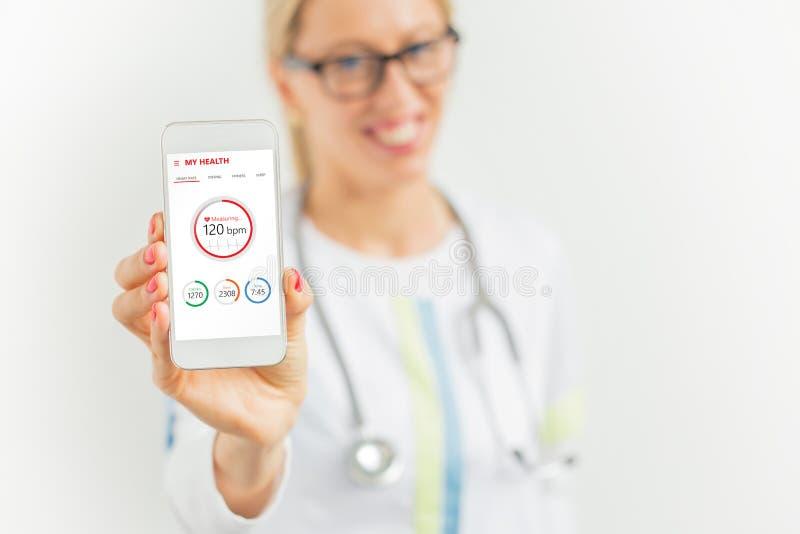 Doctor que sugiere para utilizar la salud app fotografía de archivo libre de regalías