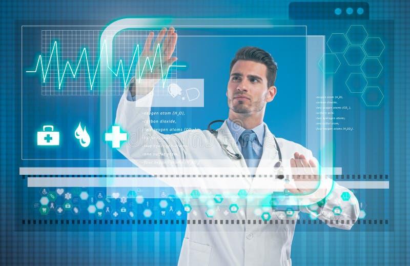 Doctor que toca la pantalla virtual imagenes de archivo
