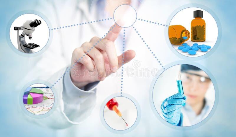 Doctor que toca una pantalla fotografía de archivo libre de regalías