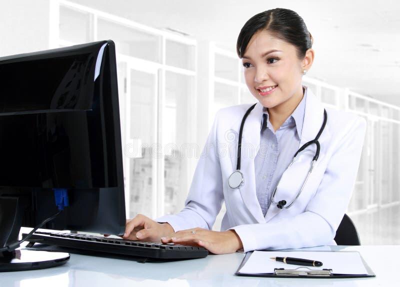 Doctor que trabaja en el ordenador fotografía de archivo