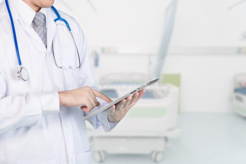 Doctor que usa el contacto digital de la tableta con el paciente Conceptos de 4 fotos de archivo