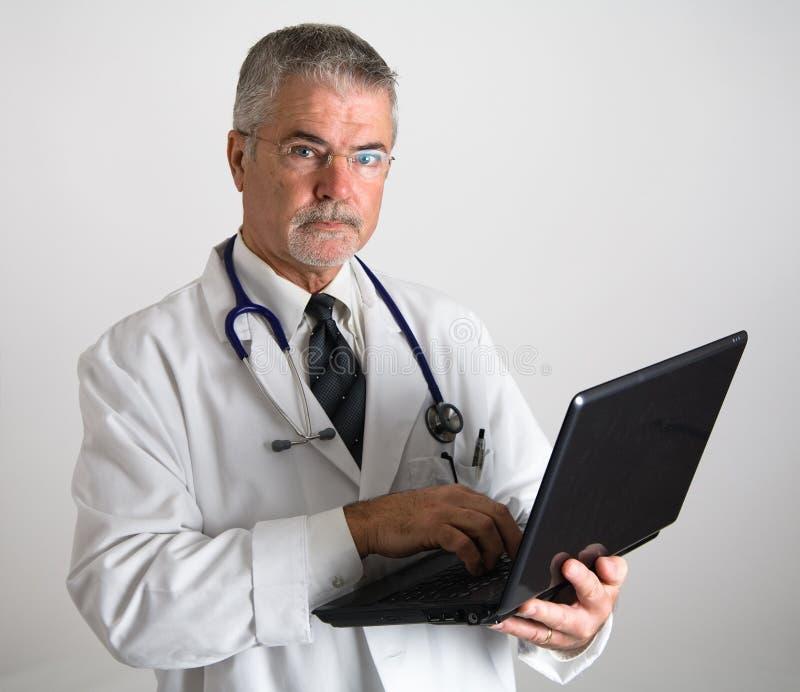 Doctor que usa el ordenador imagenes de archivo