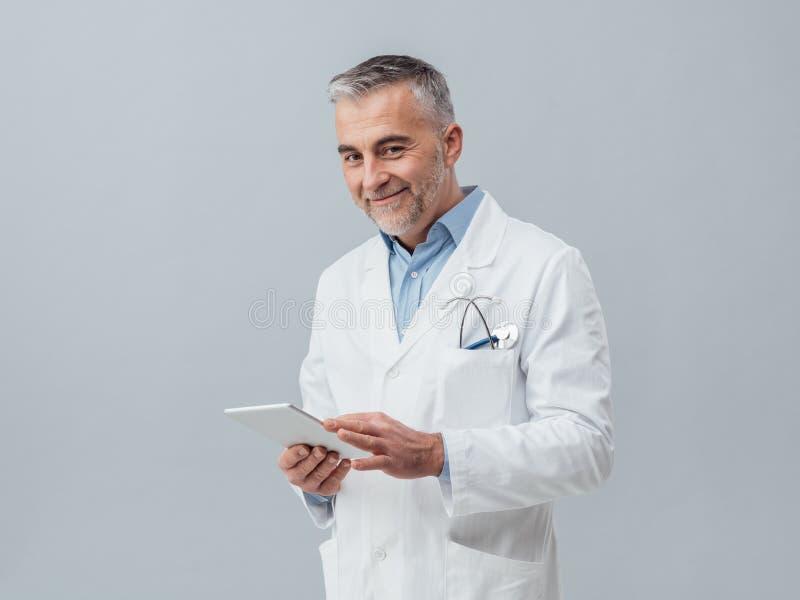 Doctor que usa una tablilla digital imagen de archivo libre de regalías