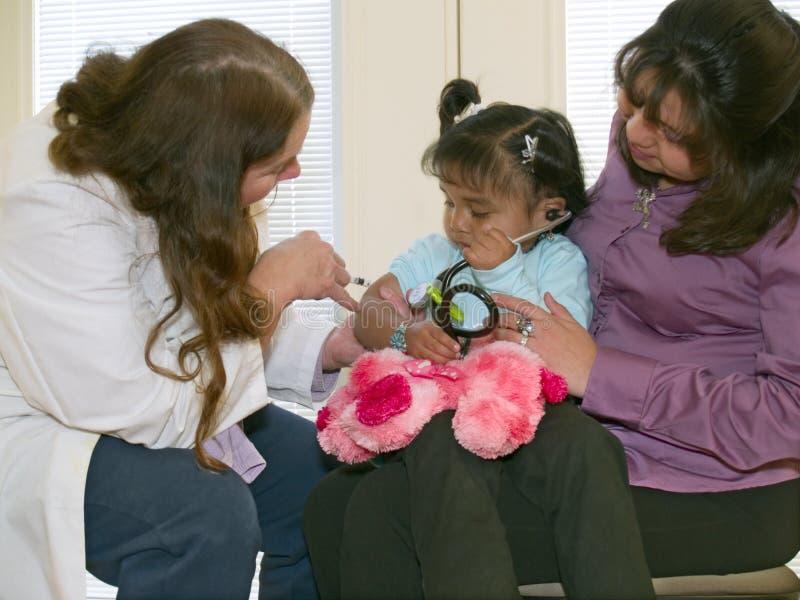 Doctor que vacuna a una pequeña muchacha del nativo americano foto de archivo libre de regalías