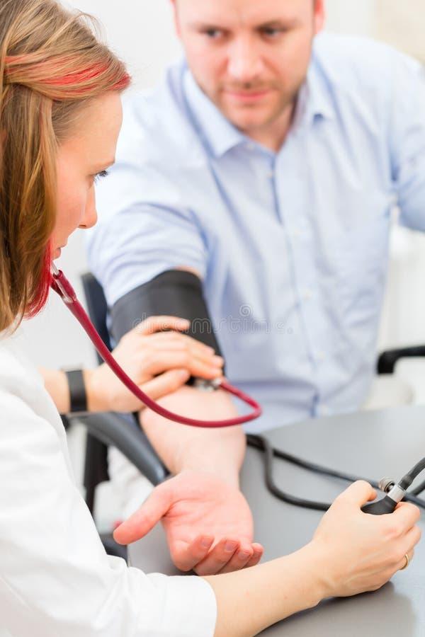 Doctor que ve al paciente en la práctica fotografía de archivo libre de regalías