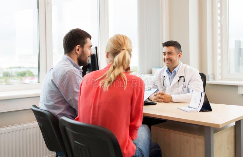 Doctor que visita de los pares en la clínica de la planificación familiar fotos de archivo