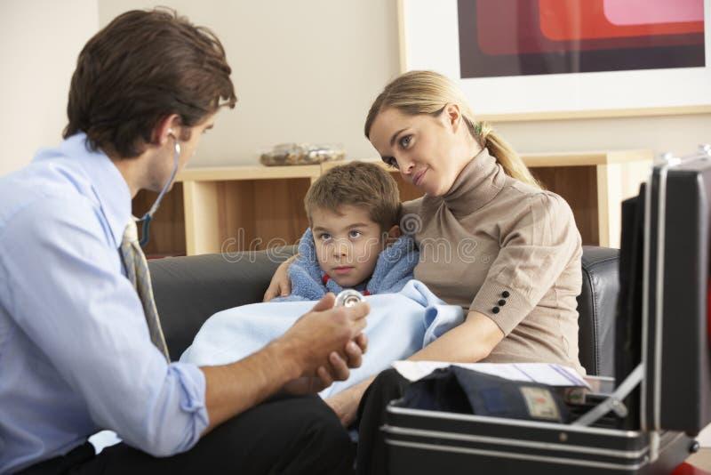 Doctor que visita el niño y a la madre enfermos en casa fotos de archivo libres de regalías
