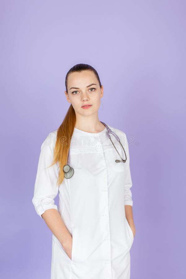 Doctor rubio de sexo femenino joven fotos de archivo