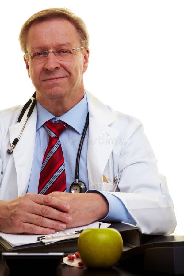 Doctor serio en su oficina imagen de archivo