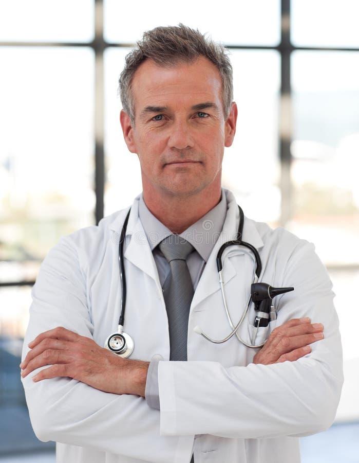 Doctor serio y confidente imagenes de archivo