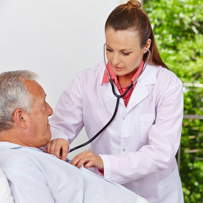 Doctor som kontrollerar andning arkivfoton
