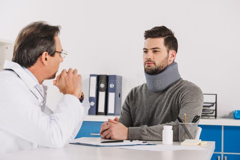 Doctor som talar med tålmodig arkivbild