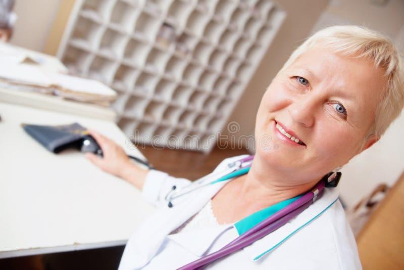 Doctor sonriente con el estetoscopio foto de archivo libre de regalías