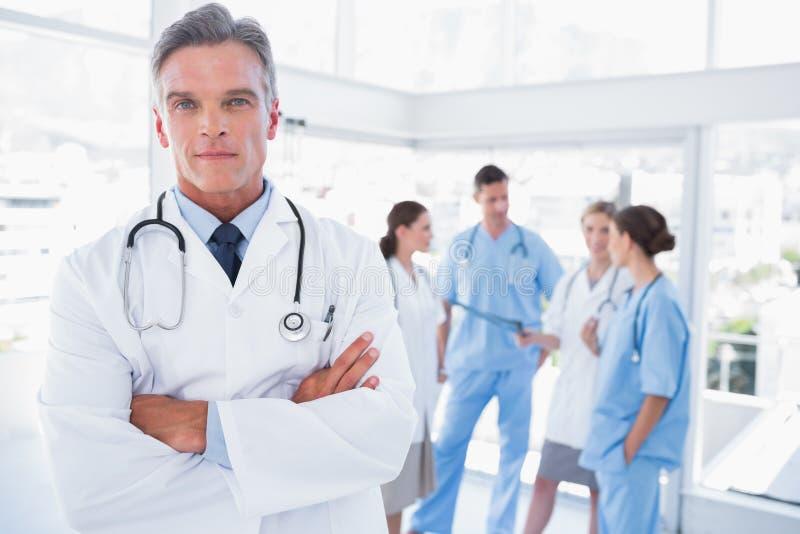 Doctor sonriente con los brazos cruzados imagen de archivo libre de regalías