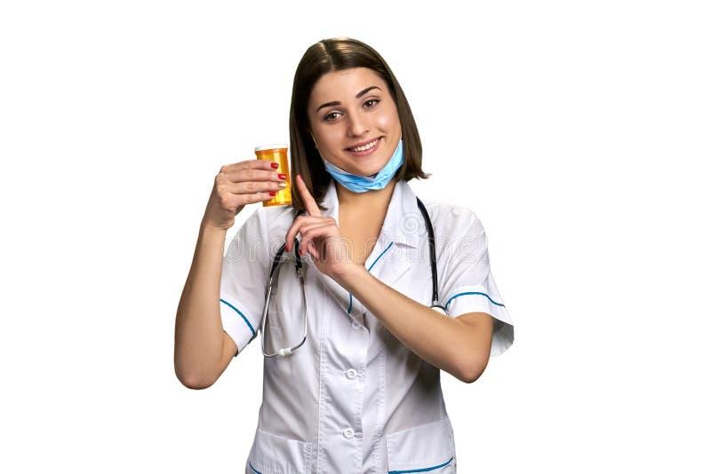 Doctor sonriente de la mujer con las píldoras foto de archivo libre de regalías