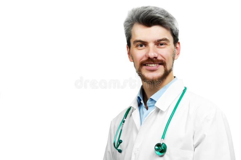 Doctor sonriente en el guardapolvo blanco con el estetoscopio imágenes de archivo libres de regalías
