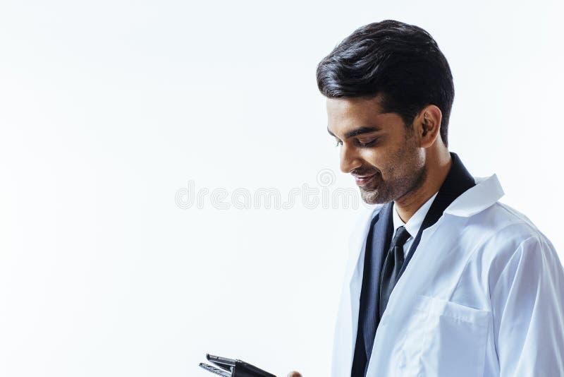 Doctor sonriente que mira abajo fotos de archivo libres de regalías