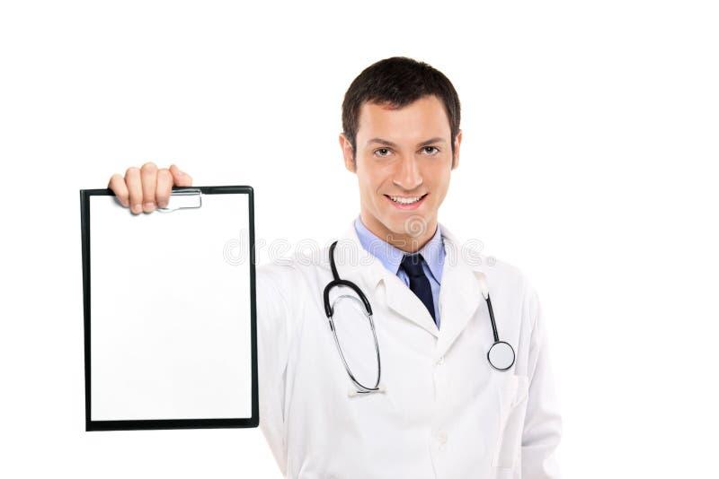 Doctor sonriente que sostiene una tarjeta en blanco blanca imagenes de archivo