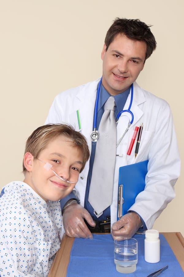 Doctor sonriente y paciente feliz fotos de archivo
