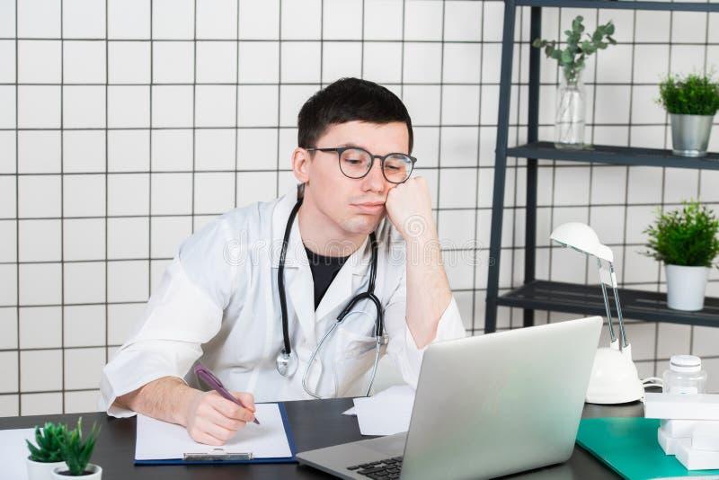 Doctor subrayado en clínica bajo presión Negligencia, error del tratamiento y error o negligencia El tiranizar del lugar de traba fotos de archivo libres de regalías