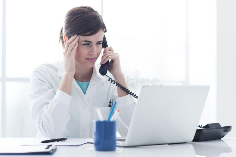 Doctor subrayado en el teléfono fotografía de archivo libre de regalías