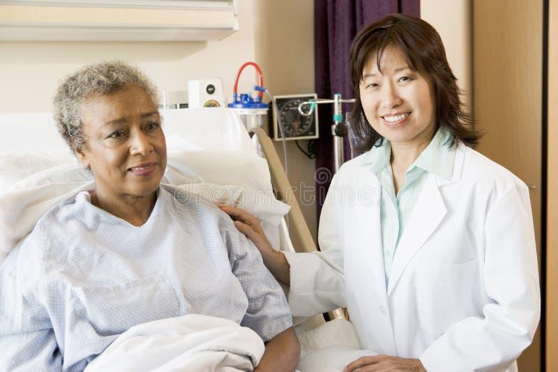 Doctor a Talking To Patient imágenes de archivo libres de regalías