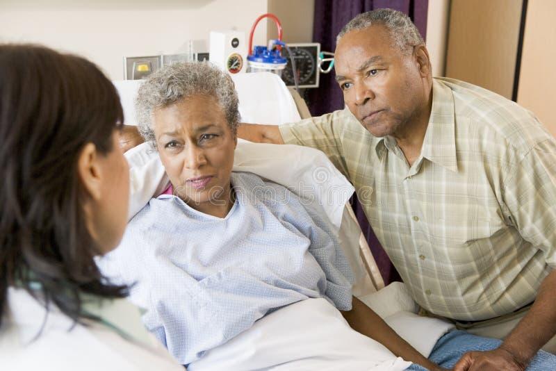Doctor a Talking To Senior Couple foto de archivo libre de regalías