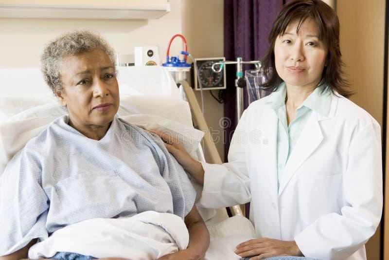 Doctor a Talking To Senior Woman fotografía de archivo