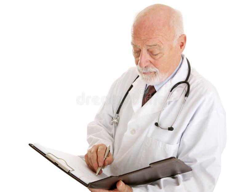 Doctor - tomar notas foto de archivo