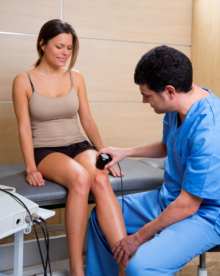 Doctor Y Mujer Ultrasónicos Del Tratamiento De La Máquina De La Terapia Fotos de archivo