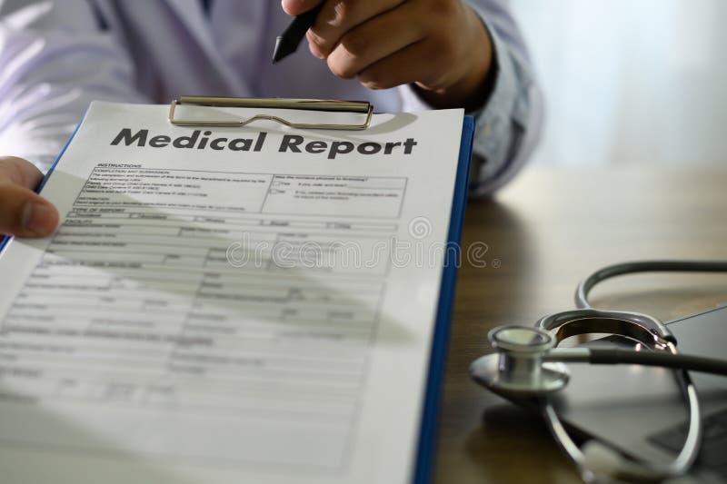 Doctor usando informe médico del informe médico del ordenador o la base de datos del certificado médico de la atención sanitaria  imágenes de archivo libres de regalías