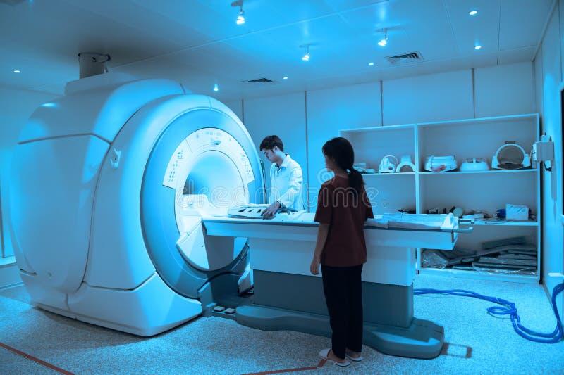Doctor veterinario que trabaja en sitio del escáner de MRI fotos de archivo