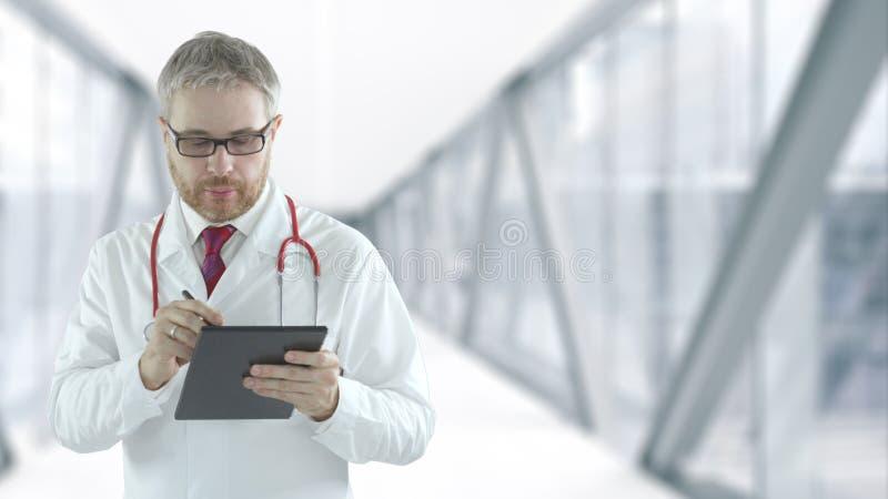Doctor vult digitale checklist in op de tablet-pc royalty-vrije stock foto