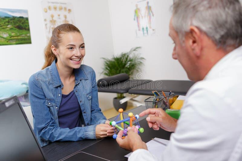 Doctor y discusión paciente fotos de archivo libres de regalías