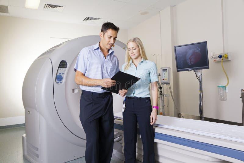 Doctor y enfermera con el escáner de MRI fotografía de archivo
