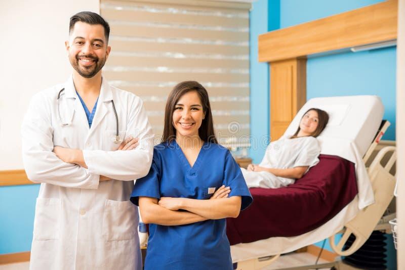 Doctor y enfermera en un cuarto de hospital fotos de archivo