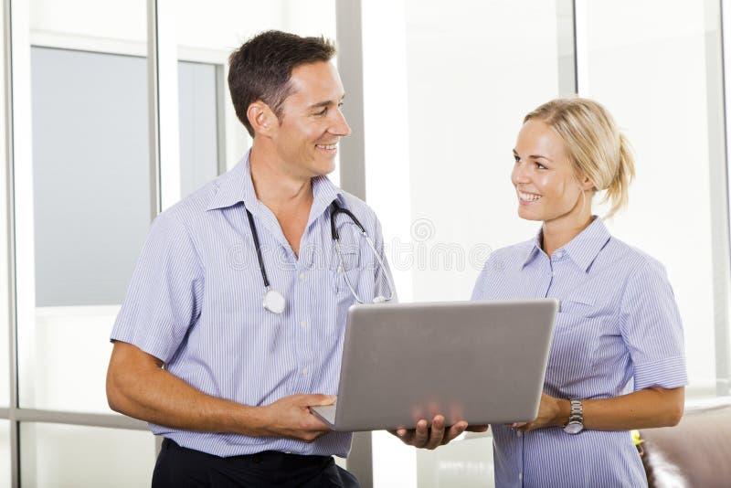 Doctor y enfermera jovenes imagenes de archivo