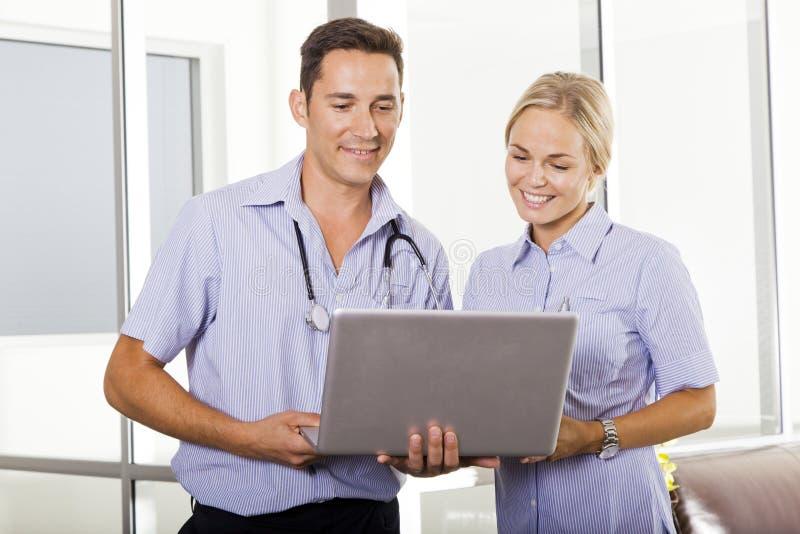 Doctor y enfermera jovenes foto de archivo