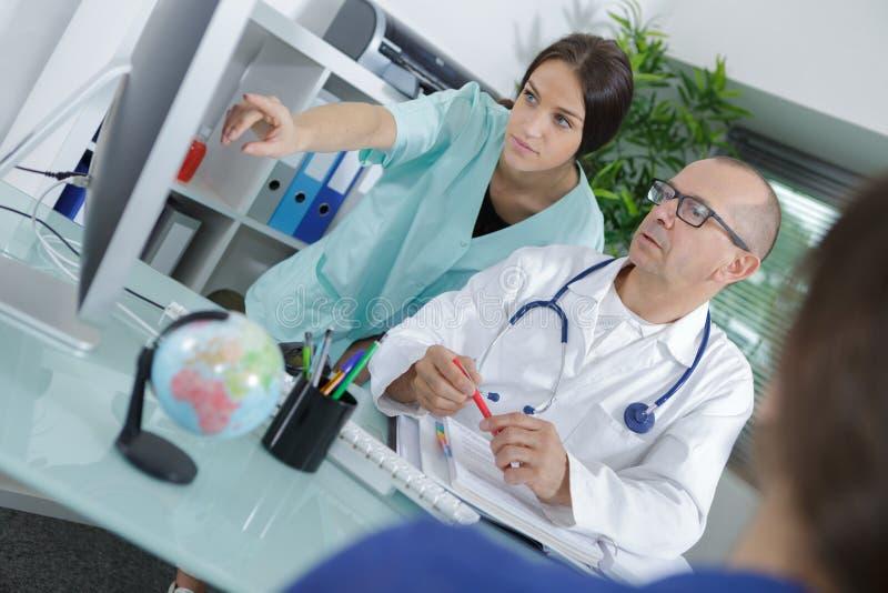 Doctor y enfermera para comprobar cartas imagen de archivo