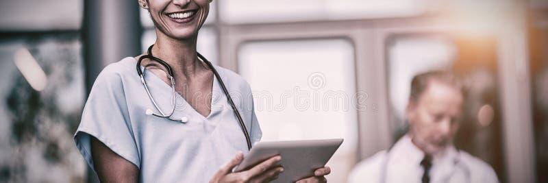 Doctor y enfermera que usa la tableta digital imagen de archivo libre de regalías