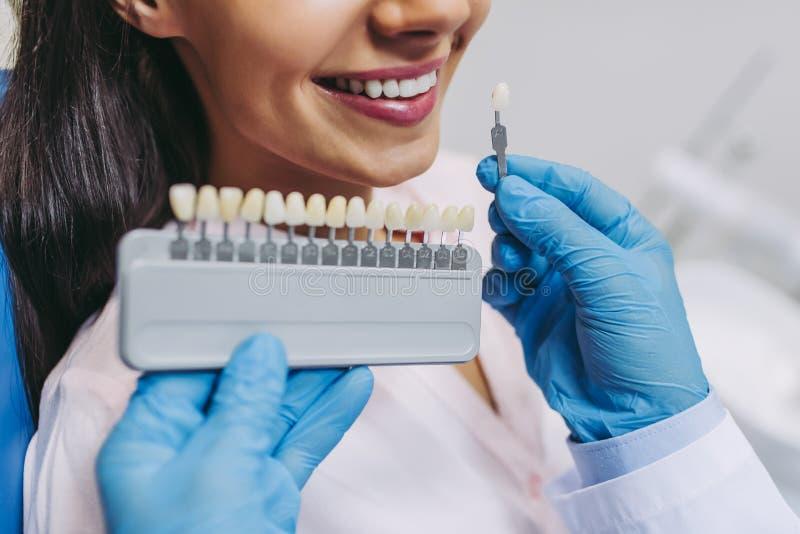 Doctor y implantes pacientes del diente que eligen fotos de archivo libres de regalías