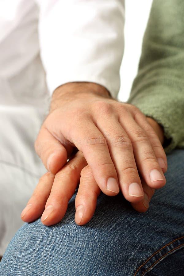 Doctor y mano paciente mayor fotografía de archivo libre de regalías