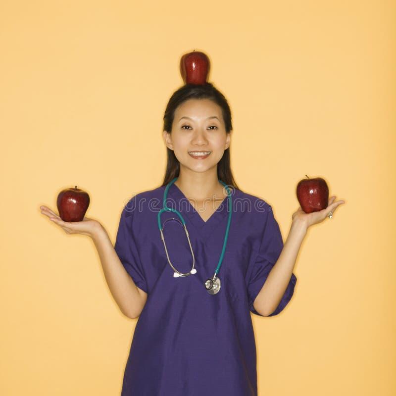 Doctor y manzanas. fotografía de archivo