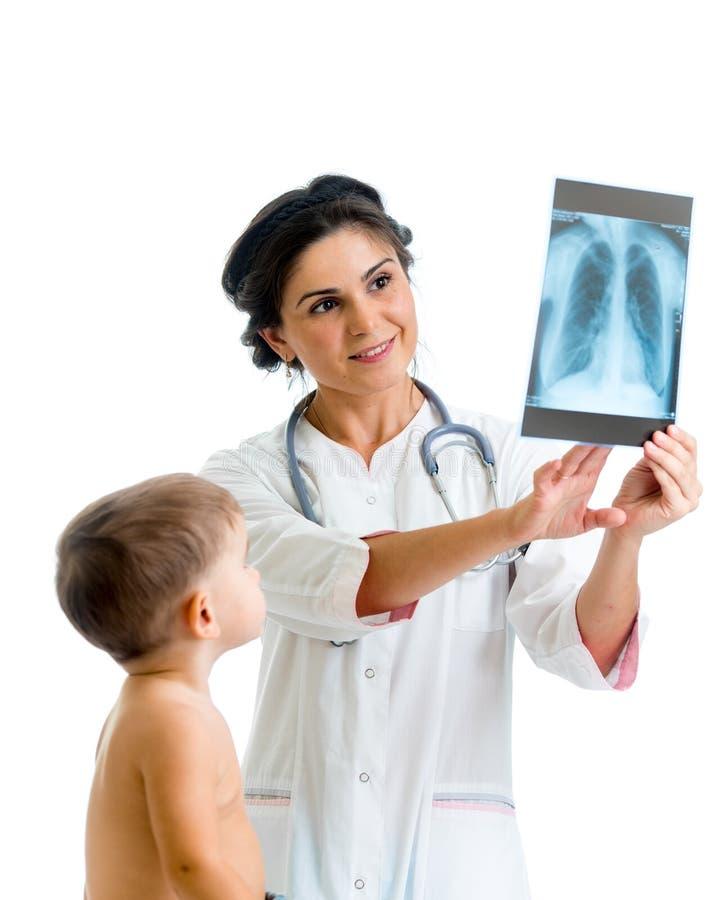 Doctor y niño que revisan la radiografía fotos de archivo libres de regalías