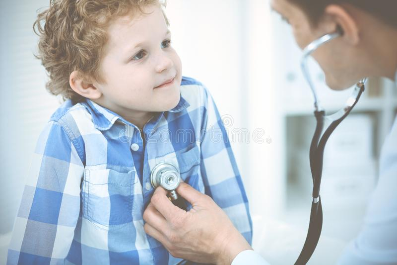 Doctor y ni?o paciente Ni?o peque?o de examen del m?dico Visita m?dica regular en cl?nica Medicina y cuidado m?dico imagenes de archivo