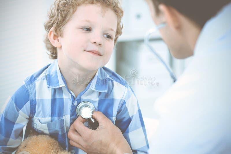 Doctor y ni?o paciente Ni?o peque?o de examen del m?dico Visita m?dica regular en cl?nica Medicina y cuidado m?dico foto de archivo
