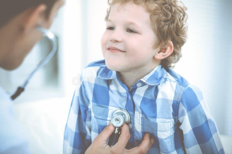 Doctor y ni?o paciente Ni?o peque?o de examen del m?dico Visita m?dica regular en cl?nica Medicina y cuidado m?dico imágenes de archivo libres de regalías
