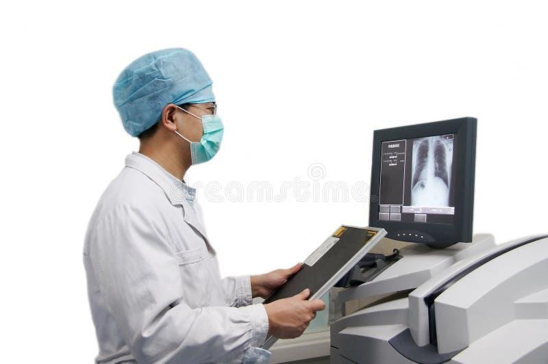 Doctor y ordenador de la radiografía foto de archivo