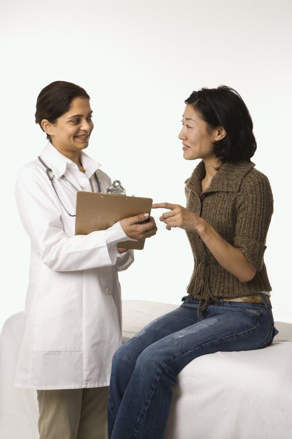 Doctor y paciente. foto de archivo