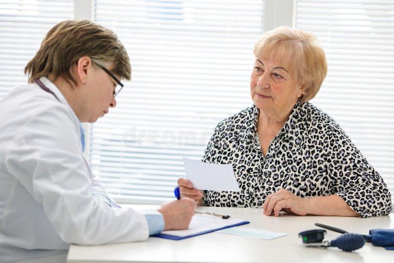 Doctor y paciente foto de archivo libre de regalías